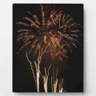 さまざまな色のカラフルな花火はつけます フォトプラーク