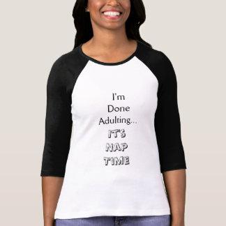 されたAdulting、昼寝の時間 Tシャツ