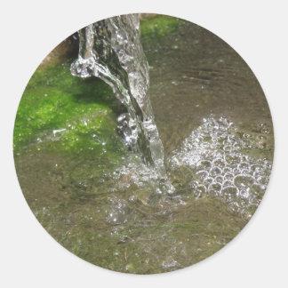 したたる滝泡立つ水ステッカー ラウンドシール