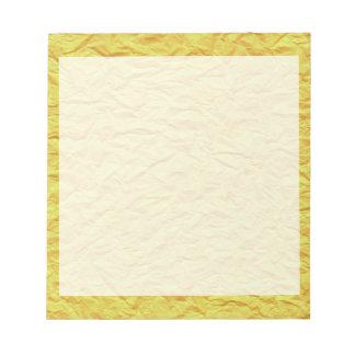 しわを寄せられた黄色の紙の質 ノートパッド
