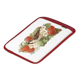 すずめ及び赤いいちご-ヴィンテージのイラストレーション iPadスリーブ