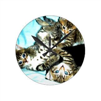 すべての猫好きのためのかわいい子ネコの時計! ラウンド壁時計