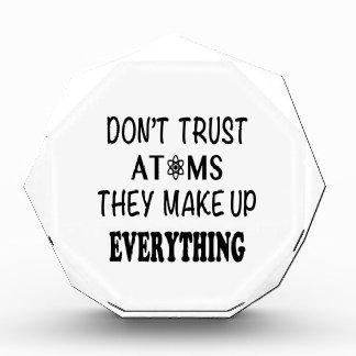 すべてを構成する原子を信頼しないで下さい 表彰盾