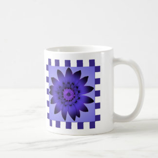 すみれ色のデイジーの花、パターンは-マグを縞で飾ります コーヒーマグカップ