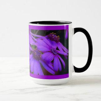 すみれ色のデイジーの花 マグカップ