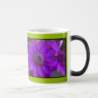 すみれ色のデイジーの花 マジックマグカップ