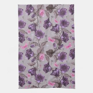 すみれ色の振鈴およびピンクの蝶パターン キッチンタオル