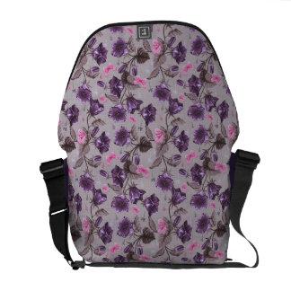 すみれ色の振鈴およびピンクの蝶パターン クーリエバッグ