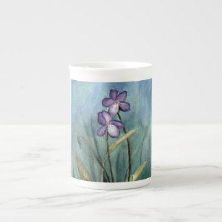 すみれ色の水彩画の骨灰磁器のマグ ティーカップ