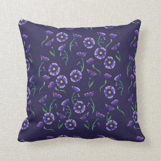 すみれ色の紫色の花 クッション