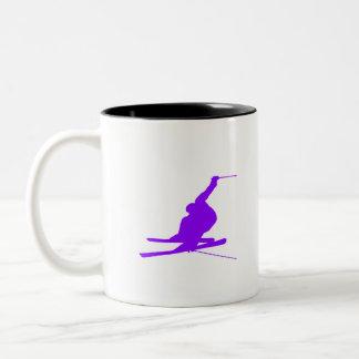 すみれ色の紫色の雪のスキー ツートーンマグカップ