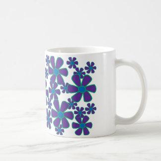 すみれ色の花のマグ コーヒーマグカップ