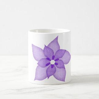 すみれ色の花のマグ マジックマグカップ