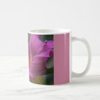 すみれ色ユリが付いているコーヒー・マグ コーヒーマグカップ