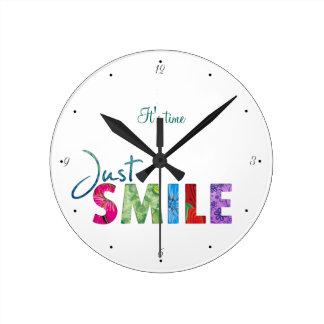 そのタイムのちょうどスマイルの幸せな引用文01 ラウンド壁時計