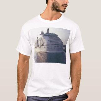 その巨大な巡航のボート Tシャツ