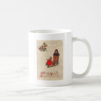 そりによって遊んでいる子供 コーヒーマグカップ