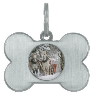 そりを引いている2頭の美しい白馬 ペットネームタグ