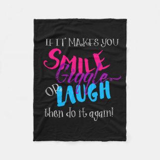 それがくすくす笑い微笑するか、または暗い色を笑わせる フリースブランケット