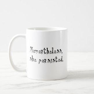 それにもかかわらず、彼女は主張しました コーヒーマグカップ
