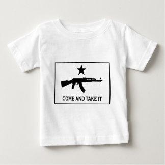それにカラシニコフ自動小銃を取ります来て下さい ベビーTシャツ