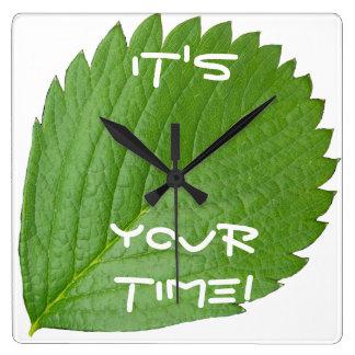 それはあなたの時間の緑のシックな柱時計です! スクエア壁時計