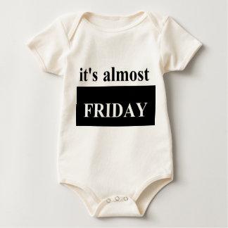 それはほとんど自然な金曜日の幼児オーガニックなクリーパーです ベビーボディスーツ