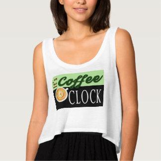 それはコーヒー時の文字の時計のコップのヒップスターメッセージです タンクトップ