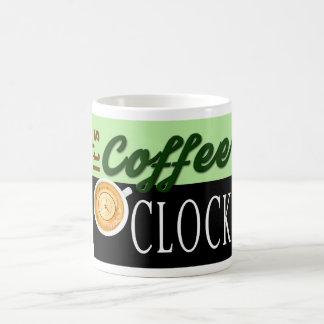 それはコーヒー時の文字の時計のコップのヒップスターメッセージです ベーシックホワイトマグカップ