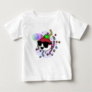 それはパーティーのタイムのベビーのTシャツです ベビーTシャツ
