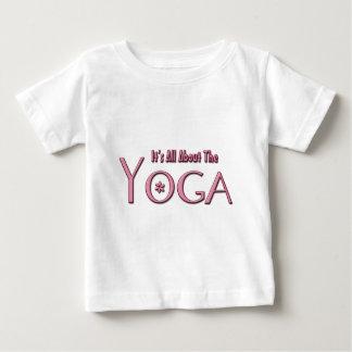 それはヨガについて完全にあります ベビーTシャツ