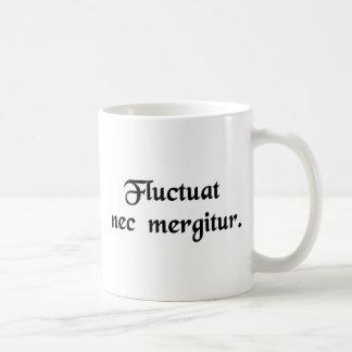 それは波によって投げられますが、沈みません コーヒーマグカップ