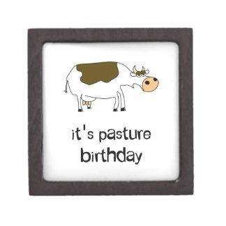 それは牧草地の誕生日のおもしろいな牛です ギフトボックス