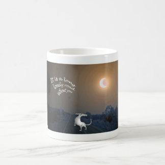 """""""それは長く孤独な道""""、灰色のハウンドドッグです コーヒーマグカップ"""