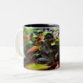 それはFroggyvilleの池の秋季です ツートーンマグカップ