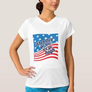 それらが低く行くとき私達は高く愛国心が強い行きます Tシャツ