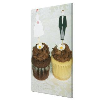 それらのおもちゃの新郎新婦が付いている2つのカップケーキ キャンバスプリント