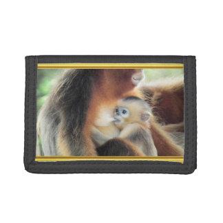 それを吸っているベビー猿は母乳です ナイロン三つ折りウォレット
