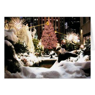 それ中心のクリスマスツリーカード割り当てられるロックフェラーの雪が降るため カード