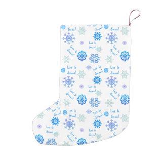それ青い色の選択の背景割り当てられる雪が降るため スモールクリスマスストッキング