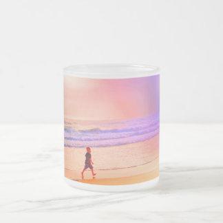 たそがれのビーチの歩行のマグ フロストグラスマグカップ