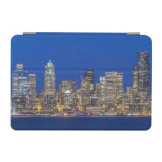たそがれの水辺地帯そして都心のスカイライン iPad MINIカバー