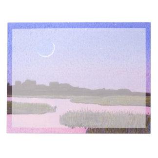 たそがれの沼地の三日月形の月及び鷲 ノートパッド