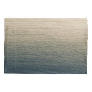 たそがれの穏やかな水 枕カバー