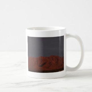 たそがれの赤い山 コーヒーマグカップ
