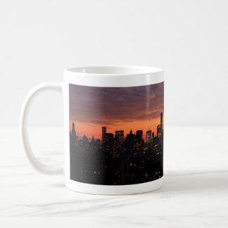 たそがれ、ピンクの空A1でマンハッタンスカイラインを下げて下さい コーヒーマグカップ