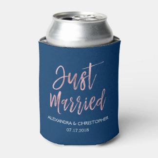 たった今結婚しましたのばら色の金ゴールドホイルおよび濃紺 缶クーラー