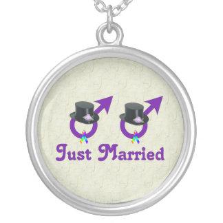 たった今結婚しましたのフォーマルで陽気な男性 シルバープレートネックレス