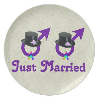 たった今結婚しましたのフォーマルで陽気な男性 プレート