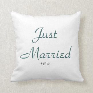 たった今結婚しましたの枕 クッション